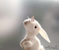 Dit schattige kleine voelde bunny brengt een eeuwige vleugje voorjaar bij u thuis, bezorgt u warme glimlach elke dag! Het konijn is hand genaaid van naturel 100% schapenwol voelde, licht gevuld met schapenwol en een beetje katoen. Haar kleine pastel roze vlinder vriend (dik papier) is genaaid op zijn neus. Het zachte kleine pootjes vanwege de flexibele chenille draad binnen in de leukste posities (voorzichtig) kunnen worden gesteld, en zij ook iets kon houden. Dit werk maatregelen ca. 2…