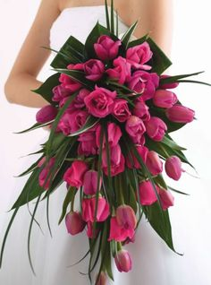 Let's start this selection with this beautiful bouquet straight out of a fairy tale.  Pink roses and fuchsia tulips are here in profusion, decorated with large leaves.