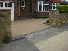 Resin Bound Gravel driveway Driveway - chocolate buff gravel Edging kerbs - charcoal bull-nose (Brett) Threshold - reclaimed blue clay bricks Porch step - grey slate slab& Resin Bound Gravel driveways provide a permeable solution. Resin Driveway, Driveway Paving, Driveway Landscaping, Resin Bound Gravel, Resin Bound Driveways, Front Garden Ideas Driveway, Driveway Design, Victorian Front Garden, Brick Porch