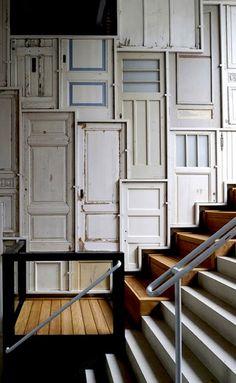 muur van oude deuren door Piet Hein Eek.