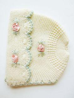 Se trata de un sombrero de punto realmente encantadora con esos detalles maravillosos. Las flores color de rosa son nudos de cinta de raso. El tamaño de la cabeza es 16 o más pequeñas. Fácilmente podría tener cintas para un ajuste apretado. Su encantador para mirar y estudiar la calidad. También se podría utilizar para vestir una muñeca grande, darles un nuevo propósito, colgar de una percha vintage o mostrar de otras maneras. Usted es el diseñador. Ropa vintage, preciosa