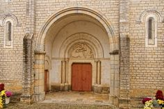 Tympan dû à Rigot (Lauréat en 1954 du Premier Grand Prix de Rome) représentant la légende de St Germain l'Auxerrois et sa mule.Buxy. Bourgogne