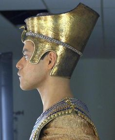 A gallery of Night at the Museum publicity stills and other photos. Featuring Ben Stiller, Rami Malek, Robin Williams, Patrick Gallagher and others. Ancient Egyptian Costume, Egyptian Art, Egyptian Jewelry, Egyptian Headpiece, Headdress, Ancient Egypt History, Ancient Aliens, Egyptian Fashion, Night At The Museum