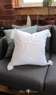 Watch us diy pottery barn! Pottery Barn Furniture, Pottery Barn Pillows, Decor Crafts, Home Crafts, Diy Crafts, Diy Outdoor Weddings, Easy Paper Flowers, Diy Home Accessories, Cricut Craft Room