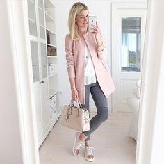Guten Morgen ihr Süßen! Heute bin ich mal wieder in meiner Lieblingskombi Rosa und Grau unterwegs zu Freunden! Happy sunday!! // Today wearing my favorite colours Pink and grey! all brands are tagged!!! #fashion #me #mystyle #inspiration #mirror #sneakers #pink #grey #white #spring #lookbook #favorite #outfit #pollozek #michaelkors #marccain #tiffany