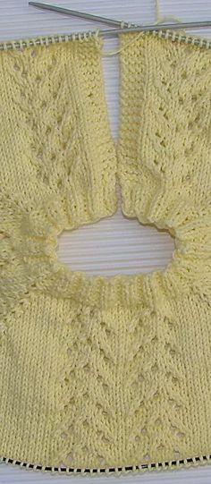 JERSEY DE BEBE GUILLE | Puntomoderno.com Tricot, Toddler Girl Dresses, Dress Patterns, Baby Knitting, Crochet Necklace