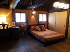 自然素材を使った心安らぐ空間 古民家スタイルを取り入れた 和モダンのすまい     自然素材に包まれた安らぎの寝室は、少しアジアンテイストでまとめてみました。柔らかい和紙を通して入る光は心地よく、気持ちが安らぐ空間です。/古民家再生モデル住宅 和の家吉木 自然素材を使った心安らぐ空間 古民家スタイルを取り入れた和モダンのすまい