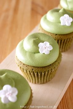 The recipe link isn't in English, but I think all you have to do is add some green tea (also called matcha) powder to vanilla cake batter. Green Tea Cupcakes, Yummy Cupcakes, Matcha Cupcakes, Green Tea Recipes, Sweet Recipes, Mini Cakes, Cupcake Cakes, Cupcake Recipes, Dessert Recipes