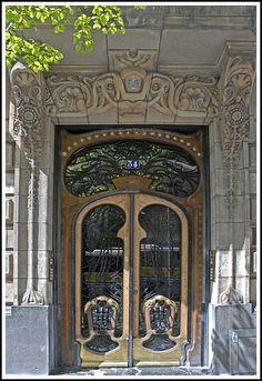 Porte d'entrée d'un immeuble art nouveau à Bilbao, Basque Country, España
