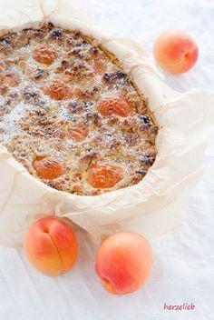 Dieses Rezept für einen Aprikosenkuchen mit eingebackener Vanillecreme ist ganz klar skandinavisch inspiriert. Mit Kardamom und Vanille!