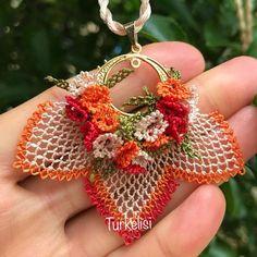 La imagen puede contener: flor - Pensamientos e Ideas y Sugerencias Needle Tatting, Needle Lace, Flower Patterns, Crochet Patterns, Fashion Bubbles, Lace Making, Crochet Fashion, Crochet Flowers, Handmade Bracelets
