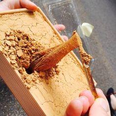 箱一杯のきな粉の中にわらび餠が眠っています。食べるのも楽しい手みやげです。