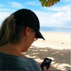 Quarta Praia[Morro de São Paulo, Brasil] Não é porque estamos na praia que deixamos detrabalhar. Bem ao contrário… Nestas horas, o smartphone não tem sossego.Nenhum e-mail fica sem resposta rápida, nem chats ou ligações são ignorados. Coitada, sim, é da bateria do aparelho. Para compensar, levamos sempre um carregador portátil, que dá fôlego extra eContinue Lendo