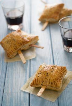 Fagottini di pasta sfoglia ripieni di Brie e marmellata di mirtilli.