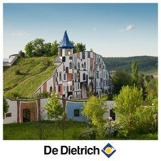 Plus qu'une maison, cet habitat conçu par l'architecte autrichien Hundertwasser est une véritable œuvre d'art !