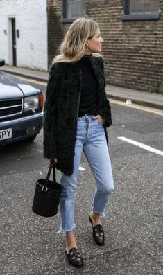 10 Motivos para investir numa bucket bag. Maxi casaco de pele, blusa preta de gola alta, calça jeans com barra dobrada, mule estilo loafer preto