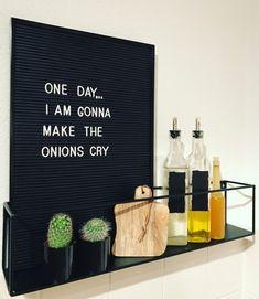 Binnenkijken bij shar Kitchen Board, Letter Board, Crying, New Homes, Restaurant, Messages, Lettering, Day, How To Make