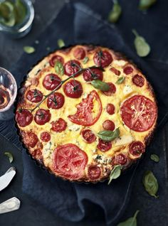 Tomato and blue cheese quiche Cheese Quiche, Savory Pastry, Blue Cheese, Pepperoni, Deli, Blueberry, Favorite Recipes, Cooking, Desserts