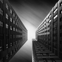 Photographe hollandais Joel Tjintjelaar transforme l'architecture urbaine en photographie abstraite en noir & blanc.  Une dimension asymétrique et des perspectives hallucinantes!