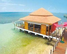 L'hôtel Decameron Los Delfines et sa piscine naturelle d'eau de mer, sur l'île de San Andres en Colombie.