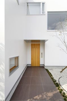 無駄のないシャープな玄関庇が、凛とした空間に華を添える玄関ポーチ