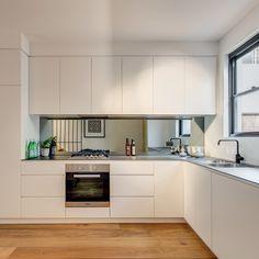 Kitchen splashback ideas, white kitchen cupboards, kitchen cupboard d Kitchen Sets, New Kitchen, Kitchen Interior, Kitchen Decor, Kitchen Black, Design Kitchen, Awesome Kitchen, Mirror Backsplash Kitchen, Kitchen Tiles