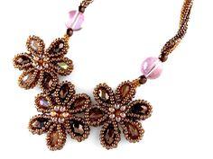 3輪の花形モチーフネックレス #カザリ咲色 #ビーズ #ビーズフラワー #ビジュー #ハンドメイド #コサージュ #手作り #手芸 #アクセサリー #コスチュームジュエリー #bead #beads #bijou #beading #beadedflower #beadswork #beadwork #beadsph #bijoux #beaded #biser #necklace #handmade
