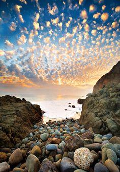 Corre in maniera stupenda il cielo, a giudicare dalle nuvole. (Odisseas Elitis  Shenanigans