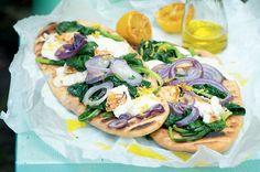 Pizza z grilu se špenátem, sýrem a citronem | Apetitonline.cz