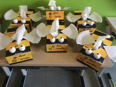 Mama is BIJzonder! Een sjabloon voor tissuedoos beschilderen in zwarte en gele stroken (afplakken om mooie rechte lijnen te verkrijgen). Vleugeltjes van een papieren bordje. Insect Crafts, Bug Crafts, Crafts For Kids, Mother's Day Theme, Bee Theme, Cadeau Parents, Little Presents, Spring Theme, Diy Gifts For Boyfriend