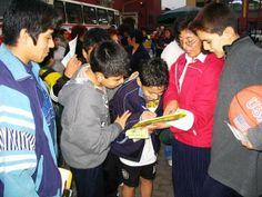 19/08/2006: En Plaza Italia, niños firman los formularios de petición en contra de la persecución.