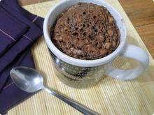 Bolo-de-caneca-com-apenas-300-calorias 2 colheres de sopa de aveia 2 colheres de sopa de farinha 2 colheres de achocolatado 1 colher de sopa margarina light bem rasa 5 colheres de sopa leite desnatado 1 colher de chá de fermento 6 gotas de adoçante liquido de sua preferencia modo de preparo  coloque todos os ingredientes em uma xícara e mexa até ficar homogêneo. leve ao microondas por 2 minutos e 40 segundos =]