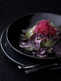 Kruidensalade met rode basilicum, ingemaakte bietjes en blauwe druiven