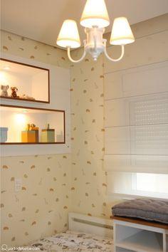 papel de parede tema bichos com lustre branco.