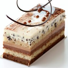 Three Chocolates Entremet There are many words in this recipe that I do not know. I'd like to eat this. Elegant Desserts, Fancy Desserts, Just Desserts, Delicious Desserts, Sweet Recipes, Cake Recipes, Dessert Recipes, Mini Cakes, Cupcake Cakes