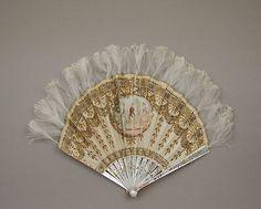 Fabricante: Fabricante: Tiffany & Co. (1837-presente) Fecha: finales del siglo 19 Cultura: Francés Medio: Seda, la madre-de-perla, metal, plumas Dimensiones: Generales (confirmado):. 8 × 11 in (20,3 × 27,9 cm)