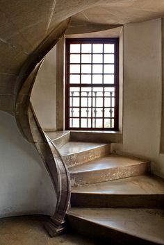 Nacional palace , Sintra -Portugal What an interesting twist on the portal of this staircase..can be duplicated in modern -day home