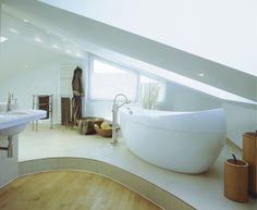 Bauen.de erklärt, worauf es beim Bad mit Dachschräge ankommt und wie sich das Badezimmer optimal nutzen lässt. Inklusive großer Bildergalerie zur Inspiration!