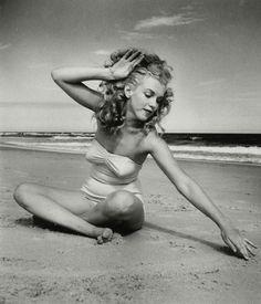Eté 1949 Tobey Beach Parasols - Marilyn par André De Dienes - Divine Marilyn Monroe