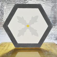 Un motif hexagonal qui apportera de l'élégance à vos pièces ! Le H20M041 aux couleurs unis U8 blanc, U11 gris, U4 jaune et U32 gris anthracite.