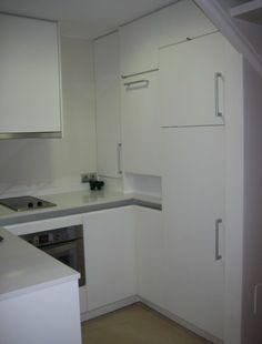 Cocina abierta al salón en un pequeño apartamento de Palma