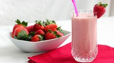 Easy and Delicious Strawberry Smoothie Milk Shakes, Fruit Shakes, Strawberry Juice, Strawberry Milkshake, Strawberry Shortcake, Strawberry Cheesecake, Faire Un Milk Shake, Smoothies Sains, Milkshake Recipes