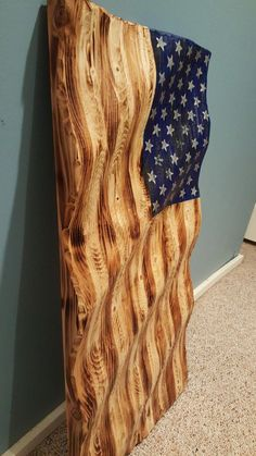 Carved Wooden American Flag A great alternative to the hundreds of flat two-dimensional flags available online. Rustic Wooden American Flag, Wooden Flag, American Flag Pallet, Wooden Stars, Woodworking Furniture, Woodworking Projects, Woodworking Workbench, Woodworking Workshop, Woodworking Techniques