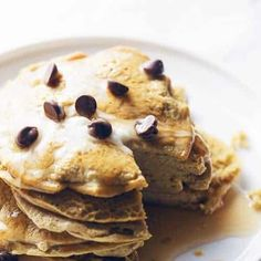 Protein Pancakes - Only 4 Ingredients! A stack of protein pancakes that have no oats, no banana, no blender needed, and they're gluten free! A great low carb breakfast Protein Muffins, Protein Cookies, Keto Breakfast Muffins, Keto Chocolate Chip Cookies, Low Carb Breakfast, Breakfast Recipes, Cake Chocolate, Protein Waffles, Keto Pancakes