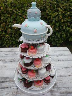 Hochzeitstörtchen mit Teekanne