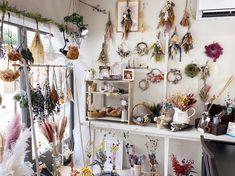 """神戸市垂水区のプリザとドライの小さな花屋 on Instagram: """"明日は10時から18時までOpenです🌿 狭い店内ですが、いろんなプリザやドライを取り揃えております☺️ 基本的には「年中飾っててもおかしくないお花」をセレクトしてます💡 ・ スワッグや花束といった束ねる物は即興で制作可能です✊🏻 ご自宅用や贈り物に選びにいらしてください◡̈💐…"""" Ladder Decor, Furniture, Instagram, Home Decor, Atelier, Interior Design, Home Interior Design, Arredamento, Home Decoration"""