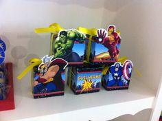 Caixa cubo para guloseimas com super heróis - Os Vingadores Kissyla Mansur Festas