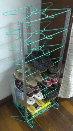 Wov Shoe Rack DIY Schuhregal Ideen auf ein Budget Moissanite An Amazing Gift from the Wire Hanger Crafts, Wire Hangers, Padded Hangers, Plastic Hangers, Diy Shoe Rack, Shoe Racks, Diy Shoe Organizer, Diy Rangement, Diy Casa