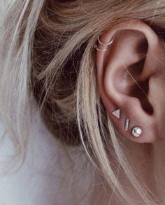 Trending Ear Piercing ideas for women. Ear Piercing Ideas and Piercing Unique Ear. Ear piercings can make you look totally different from the rest. Innenohr Piercing, Cute Ear Piercings, Three Ear Piercings, Ear Piercings Cartilage, Double Helix Piercing, Top Of Ear Piercing, Piercings For Small Ears, Ear Piercings, Piercing Ideas