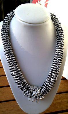 JB-Bead-Design: Schwarz-Weiss Lekku Necklace n. Beadwork, Beading, Making Ideas, Seed Beads, Beaded Necklace, Jewelry Making, Design, Diy Kid Jewelry, Ideas